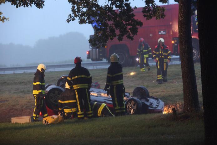 Een automobilist kwam om het leven toen zijn auto over de kop sloeg.
