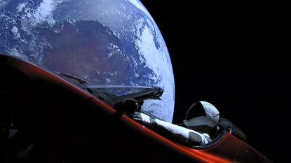 Webcam toont ongelofelijk uitzicht vanuit Tesla Roadster in ruimte