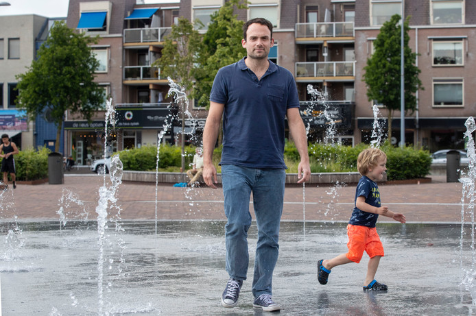 Evangelos Doudesis, hier in het centrum van Ede, kijkt uit naar klus met de waterpolosters van Oranje. Hij wil volgende naar naar de Olympische Spelen.