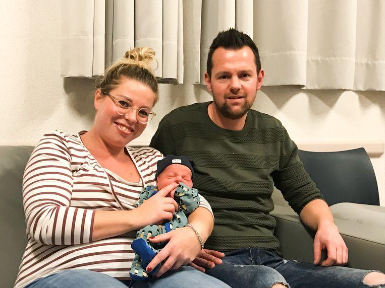 Kersverse ouders Leen en Rob met hun kerstkindje Tisse