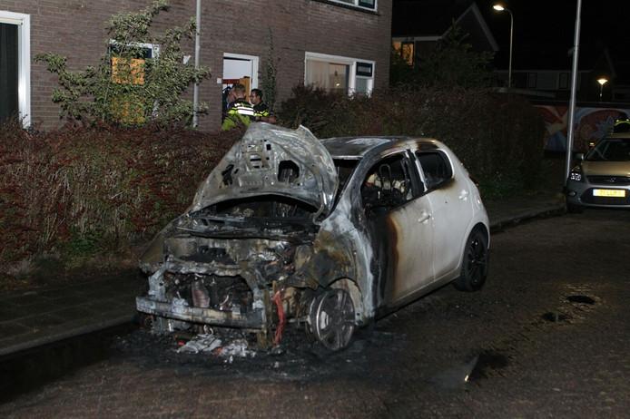 Een van de auto's waar brand uitbrak.