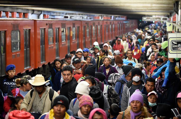 Vijf metrostellen brachten de migranten naar de rand van de stedelijke agglomeratie van Mexico-Stad.