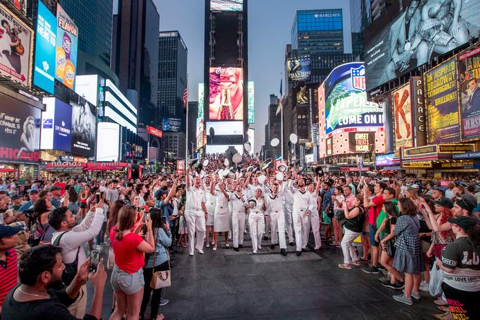 Matrozen van de Zr.Ms. Holland worden als popsterren onthaald op Times Square. De bemanningsleden hebben daar een uitje nadat ze bij de Bovenwindse Eilanden hadden gepatrouilleerd.