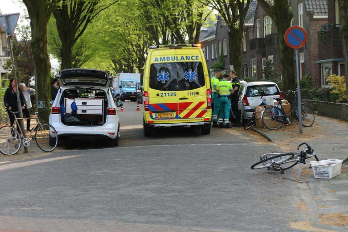 Fietsster aangereden in Oss, automobilist rijdt door.