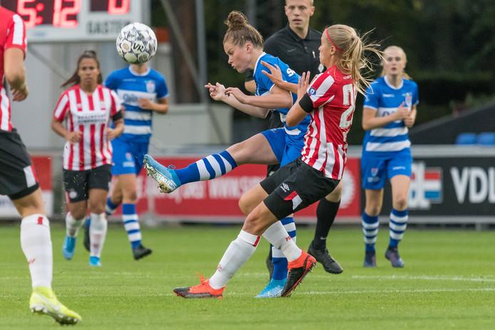 Nikita Tromp heeft te maken met een overmacht aan PSV-speelsters.
