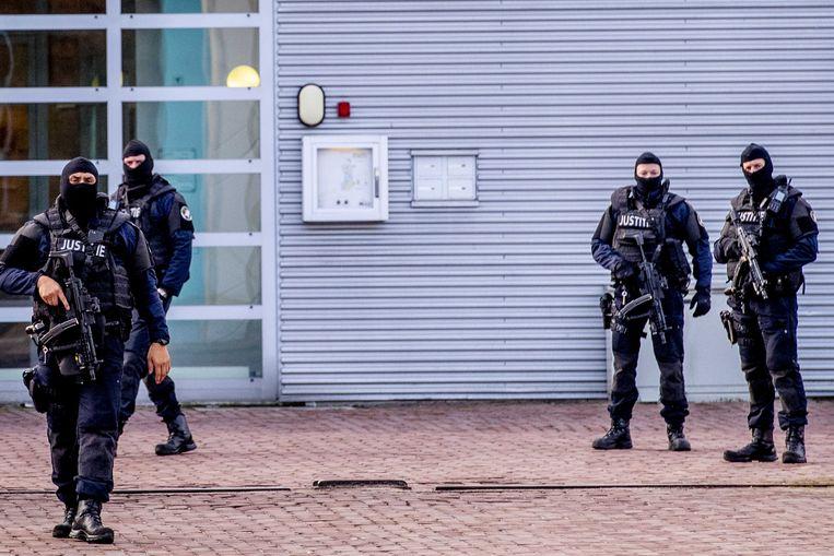 Zwaarbewapende bewakers staan donderdag voor de ingang van de Extra Beveiligde Inrichting (EBI) Vught.  Beeld ANP ROBIN UTRECHT