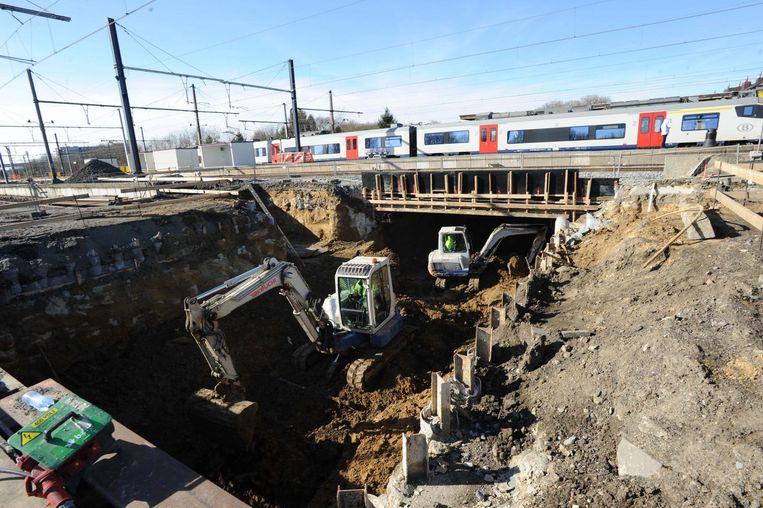 """De graafmachines zijn druk bezig aan de ondertunneling van de sporen. """"Ze zitten halfweg de perrons"""", aldus burgemeester Hans Bonte."""