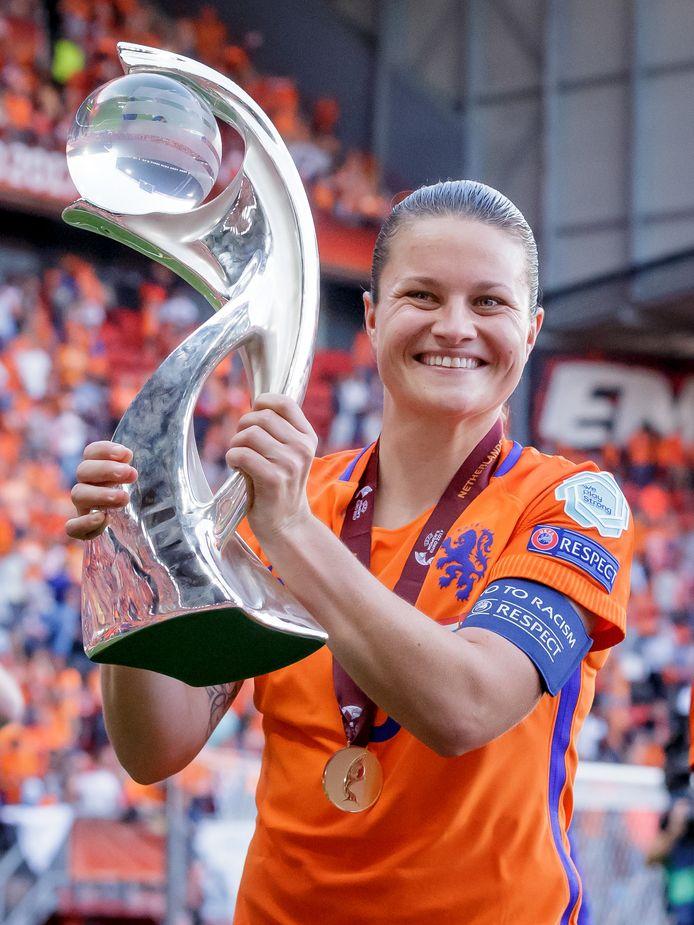 Sherida Spitse als aanvoerder met de beker na het gewonnen EK 2017 in eigen land.