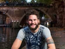 Na tien jaar niet scheren veilt Erik zijn baard voor het goede doel