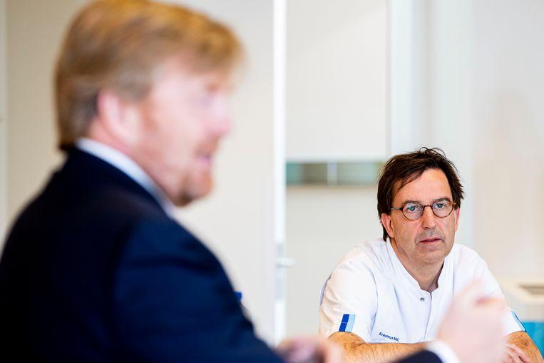 Koning Willem-Alexander en Diederik Gommers tijdens een bezoek aan het Landelijk Coordinatiecentrum Patienten Spreiding (LCPS) in het Erasmus MC. Beeld ANP