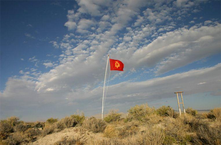Op 'Mount Insurmaountable' wappert de vlag van Zaqistan.