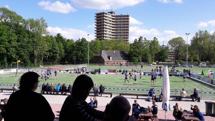 Op sportcomplex Het Binnenveld wordt dit weekeinde stilgestaan bij het overlijden van KV Wageningen-voorzitter Gertjan van Leeuwen.