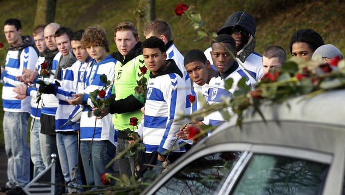 Spelers van Buitenboys brengen een laatste eerbetoon aan grensrechter Nieuwenhuizen