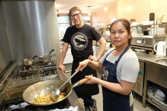 Luc Dingemans  en Bu-nga Saensunon in de keuken.
