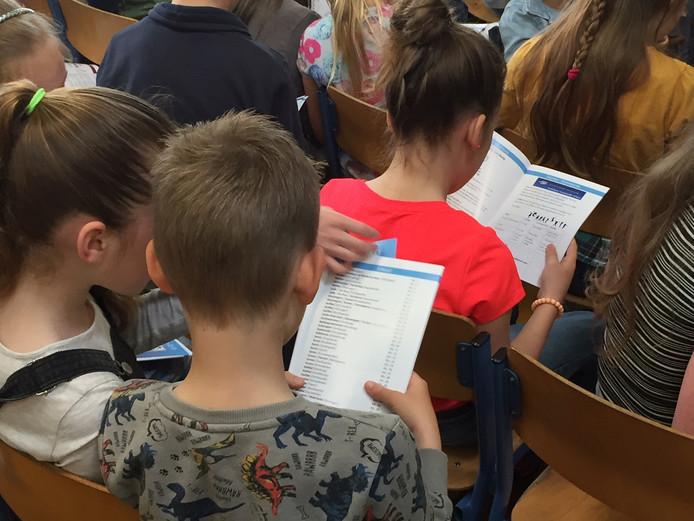 Kinderen van basisschool De Goede Polder bestuderen het sportaanbod in Veere.