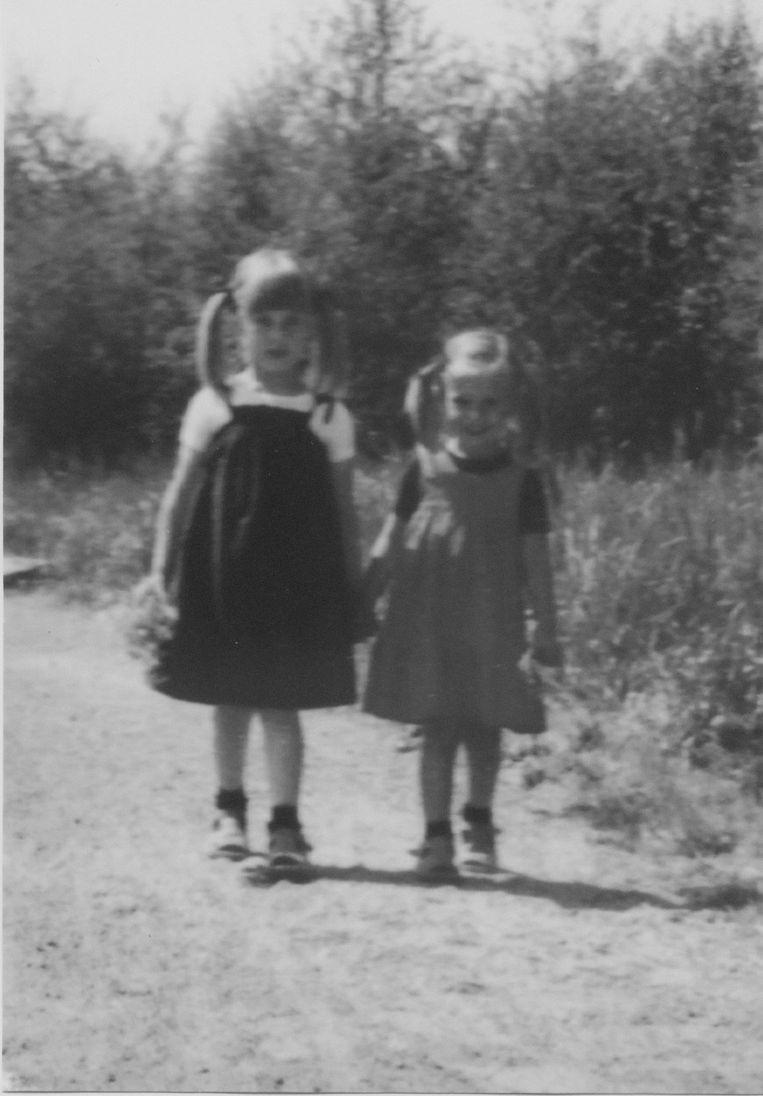 Hannelore en haar zusje. Beeld Familiearchief