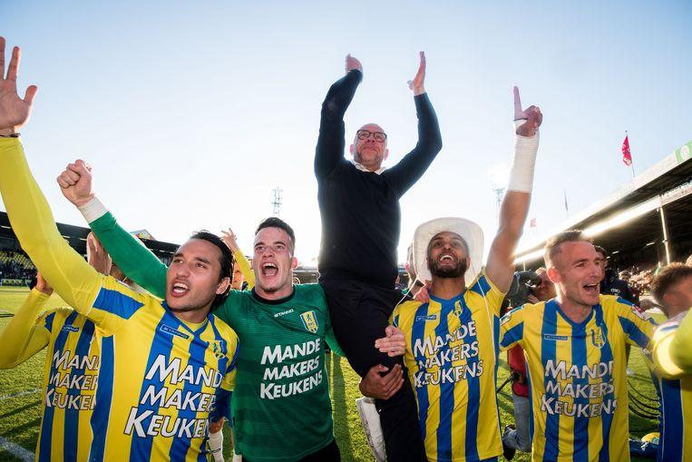Fred Grim wordt op 28 mei in de lucht gehesen. Met een 5-4-overwinning op Go Ahead Eagles heeft RKC promotie naar de eredivisie afgedwongen. Beeld ANP / VI Images