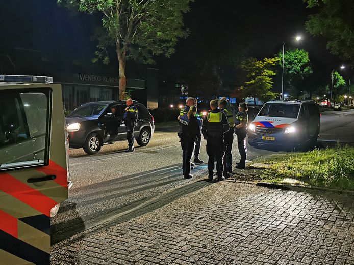 Op de Anholtseweg in Dinxperlo houden de Duitse en Nederlandse politie een grote zoekactie. De agenten zoeken onder meer met een helikopter naar de inzittenden van een auto die te voet zijn gevlucht.