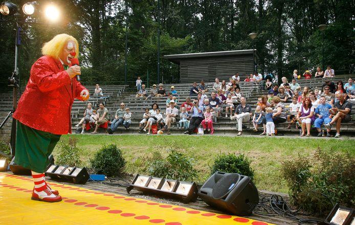 Clown Bassie trad in 2009 op in het openluchttheater De Donck.