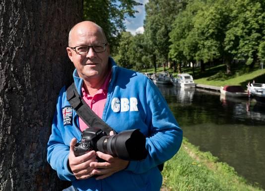 Fotograaf Rob van der Lingen bij de Catharijnesingel waarover hij de website www.waterindesingel.nl online heeft.