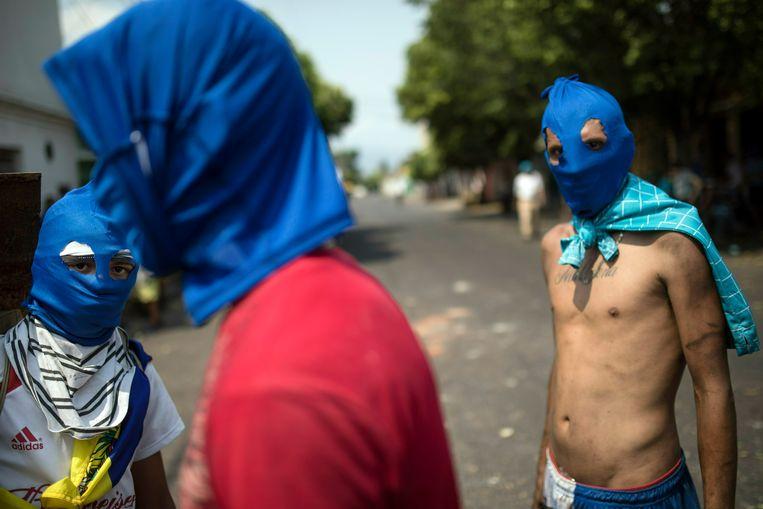 Gemaskerde betogers clashen al enkele dagen met de overheidstroepen in Urena.