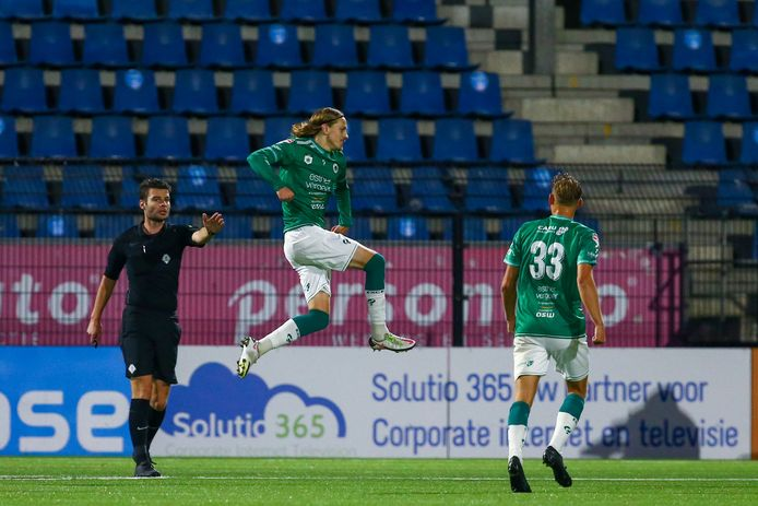 Elías Már Ómarsson juicht na wéér een doelpunt, ditmaal tegen FC Eindhoven.