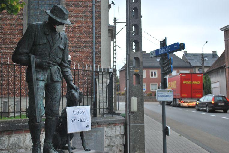 Onder meer dit standbeeld in Beerlegem kreeg een mondmasker op.