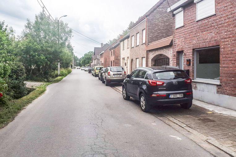 Al jaren zetten bestuurders in Vlassenbroek zich zoveel mogelijk aan de kant, zodat het autoverkeer en de vele fietsers nog veilig door kunnen. Wie dit de jongste weken doet, vliegt echter regelrecht op de bon.