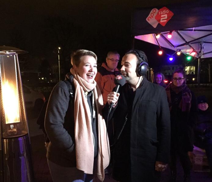 Gerard Ekdom interviewt luisteraar Michelle die haar stad Brielle opgaf voor de stemweek.