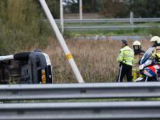 Auto vliegt over de kop bij Meppel: bestuurder gewond