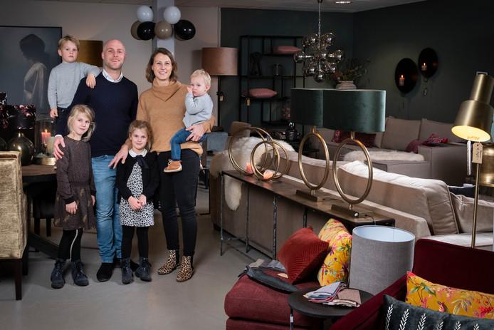 Van Tuijl Wonen in Woerden. Mathijs en Annemieke met hun kinderen (vlnr.) Joël, Rebecca, Loïs en Samuel.