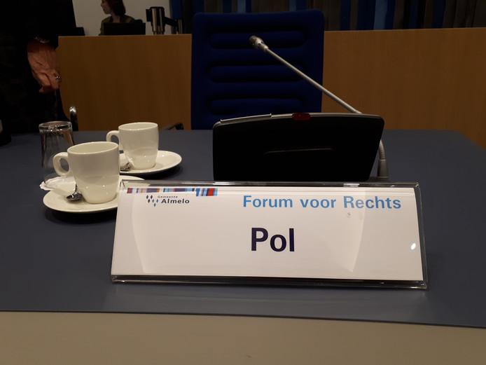 Het naambord van raadslid Pol van het Forum voor Rechts.