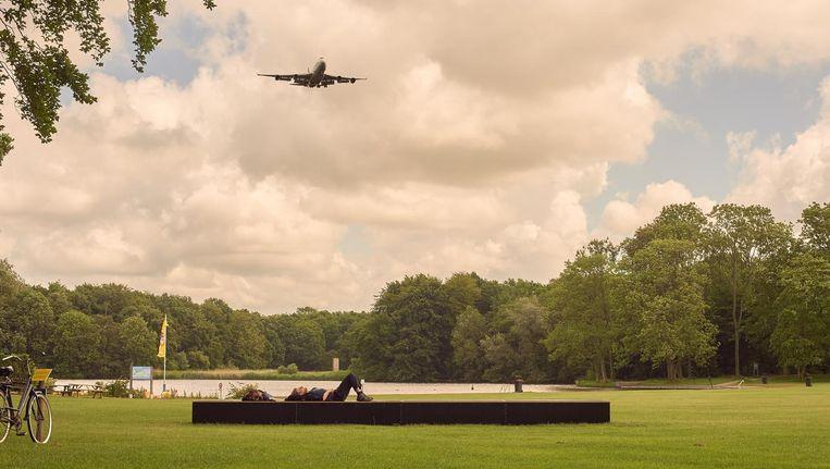 Elke keer dat een vliegtuig lekker laag overvliegt zet het kunstwerk het lawaai om in therapeutische trillingen. Beeld Vika Ushkanova