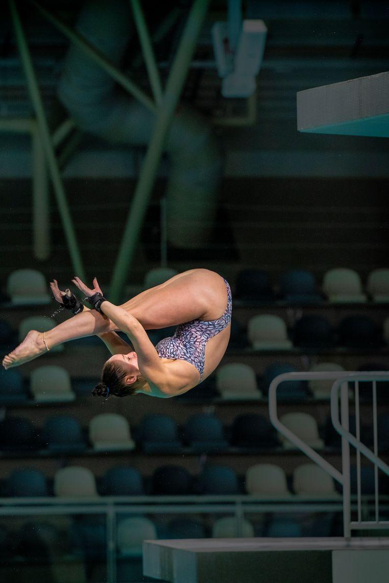 Celine van Duijn in actie tijdens de Diving Cup in Eindhoven. Beeld Patrick Post