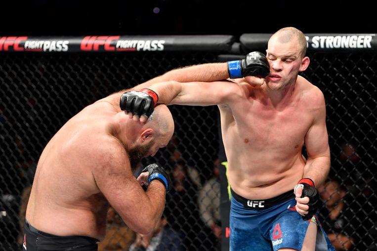 Stefan Struve incasseert een stoot van Ben Rothwell tijdens een gevecht in 2019. Beeld Getty