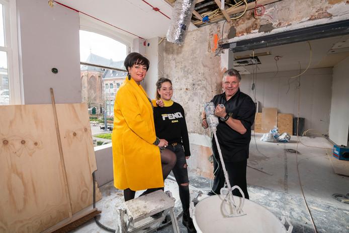 Thérèse, dochter Isabelle en Jonnie Boer tijdens de verbouwing van Brass Boer Thuis op de bovenverdieping van het pand aan de Nieuwe Markt in Zwolle.