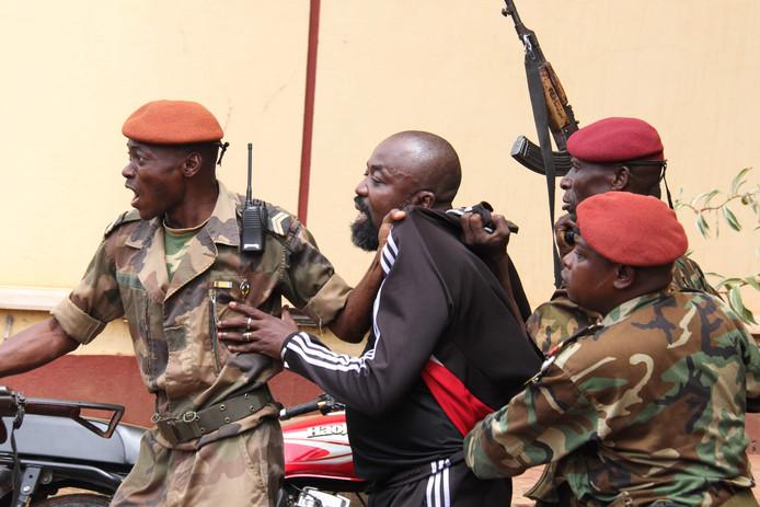 Soldaten van de Centraal-Afrikaanse Republiek (CAR) arresteren de vermeende oorlogsmisdadiger Alfred Yekatom, alias 'Rambo'.