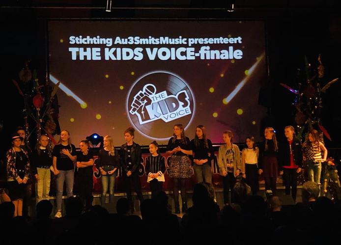 De 15 finalisten met Jori Spapens op de voorgrond.