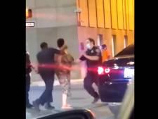 Une femme frappe un policier avant d'être assommée