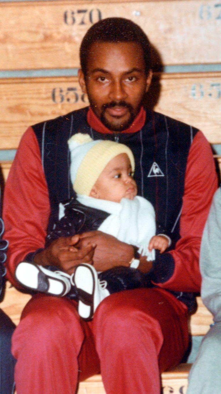 Oud-Avanti-speler Tony Parker senior, met Tony junior op zijn schoot. De kleine knaap groeide later uit tot een NBA-vedette.