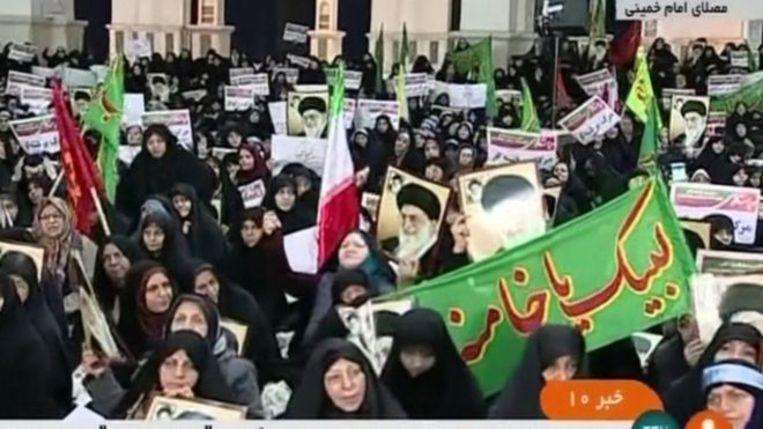 Honderden aanhangers van de overheid zijn op de been in Teheran. Beeld IRINN/BBC