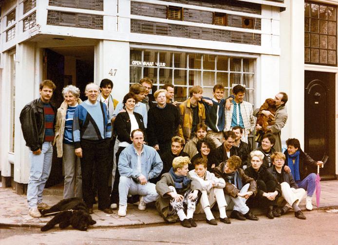 Medewerkers van homodisco De Roze Wolk en homocafé De Wolkenkrabber in 1985 voor de ingang van De Wolkenkrabber op de Oudegracht 47 in Utrecht.