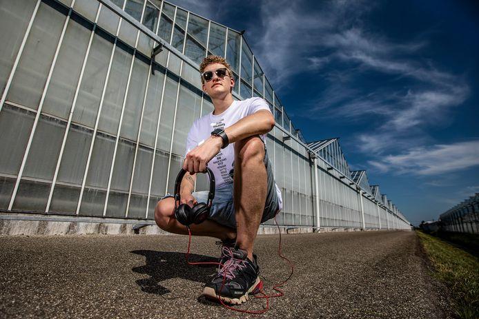 """Dj Asonn, artiestennaam van Sonny Grootscholten, rijdt graag op zijn scooter of fiets tussen de kassen. ,,Westlanders zijn relaxte mensen."""""""