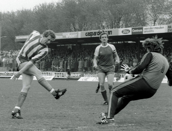 Jos Lacroix (achtergrond) was aanvoerder van Helmond Sport in de eredivisie.