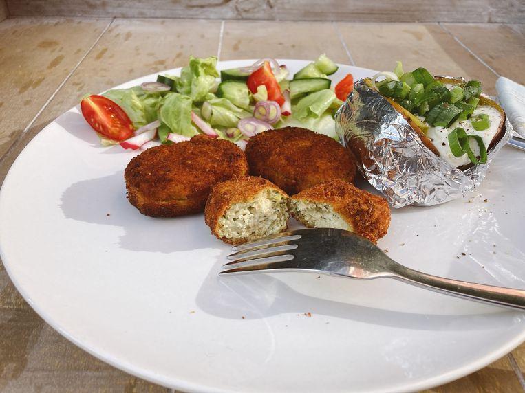 Nepvisnuggets van tofu met gepofte aardappels en salade. Beeld Tallina van den Hoed