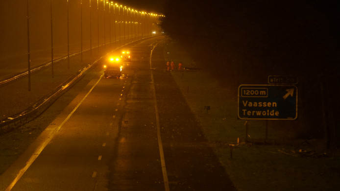 De A50 tussen Apeldoorn en Zwolle was langere tijd afgesloten om omgewaaide bomen te kunnen verwijderen.