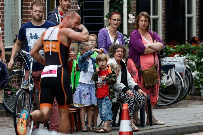 In Oud Gastel staan veel familieleden en supporters aan de kant om de atleten aan te moedigen. foto Marcel otterspeer/pix4profs