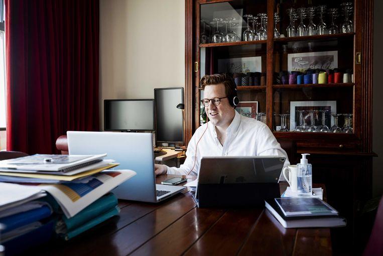 Raadslid Geert Koster in zijn werkkamer voorafgaand aan een digitale vergadering. Beeld ANP