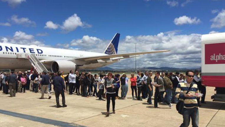 Na vier uur wachten in het vliegtuig mochten de passagiers toch op het tarmac.