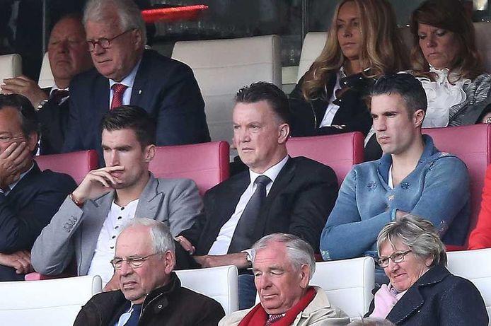 Bondscoach Louis van Gaal met Robin van Persie (rechts) en Kevin Strootman op de tribune bij PSV - Feyenoord.